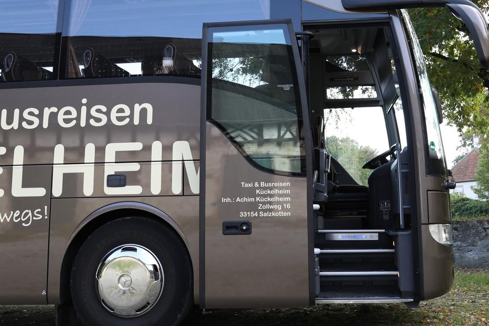 Reisebus Einstieg - Taxi & Busreisen Kückelheim